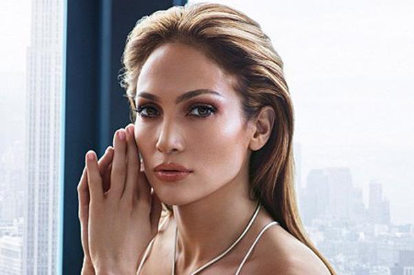Строго и роскошно: Дженнифер Лопес блистает в рекламе собственной коллекции