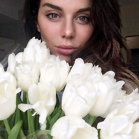 Анна Седокова сменила имидж, став жгучей брюнеткой