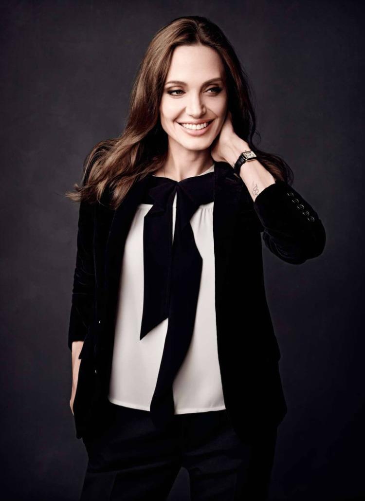 Улыбчивая и счастливая Анджелина Джоли блистает на страницах французского глянца