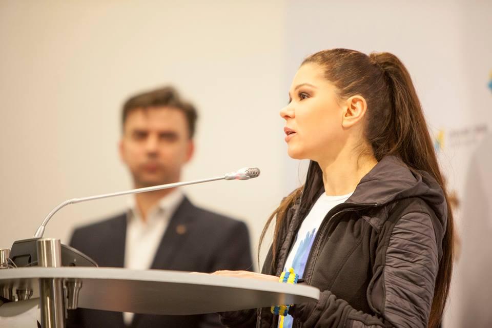 Певица Руслана помогает детям украинских добровольцев
