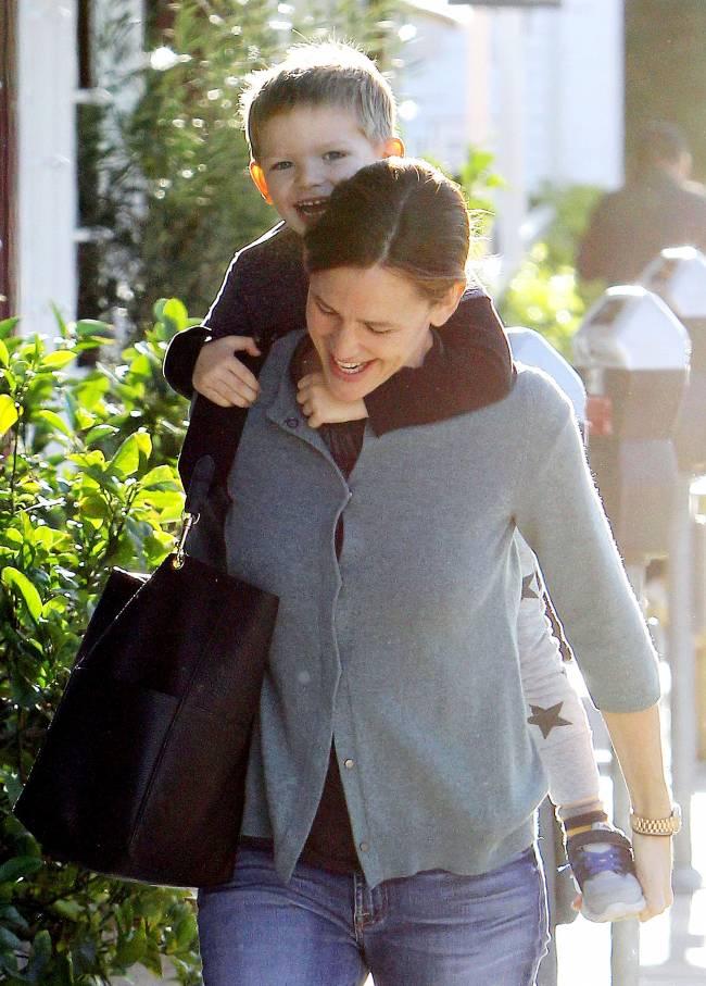 Самая счастливая: Дженнифер Гарнер веселится с маленьким сыном