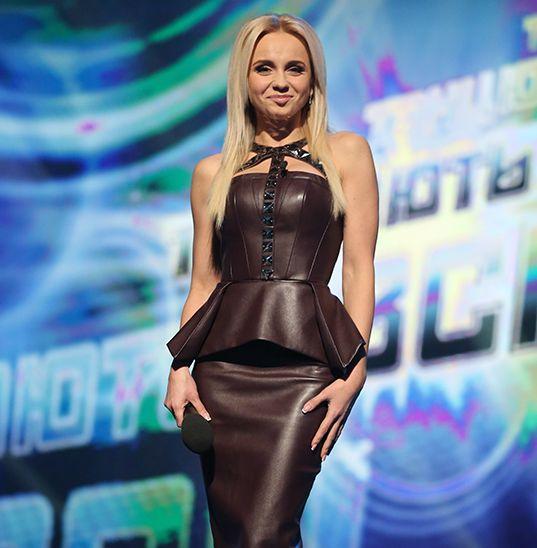 Лилия Ребрик подчеркнула тонкую талию кожаным платьем с баской