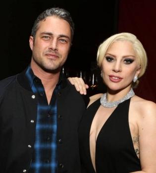 Смело: Леди Гага с ее жених снялись голыми для обложки глянца