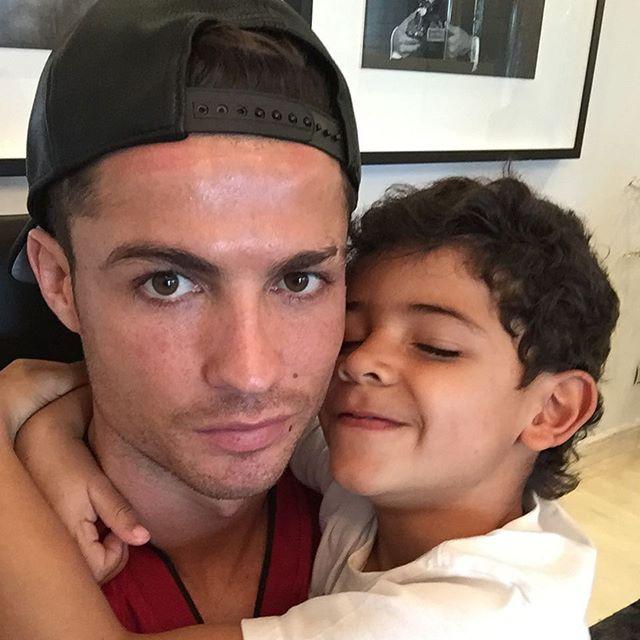 Яркий дуэт: Криштиану Роналду спел с сыном песню Рики Мартина