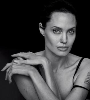 СМИ: Анджелина Джоли сделала три новые татуировки