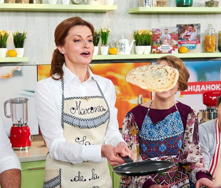 Марина Порошенко готовит блины