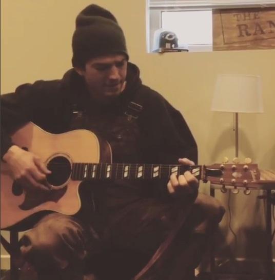 Уникальный случай: неподражаемый Эштон Катчер поет под гитару