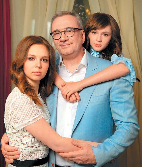 Константин Меладзе снялся в семейной фотосессии с дочками