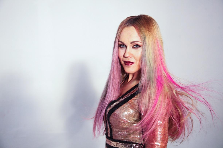 Alyosha с розовыми волосами