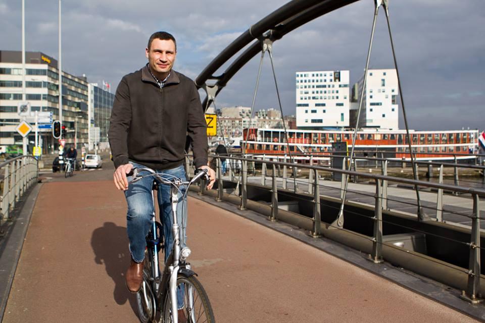 Виталий Кличко упал со своего дорогого велосипеда