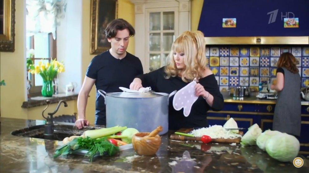 Алла Пугачева готовит на своей шикарной кухне