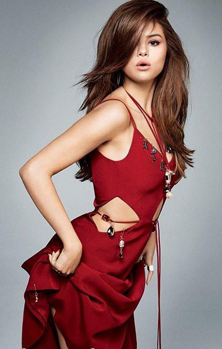 Селена Гомес позирует в объятиях знаменитого дизайнера на обложке Vogue