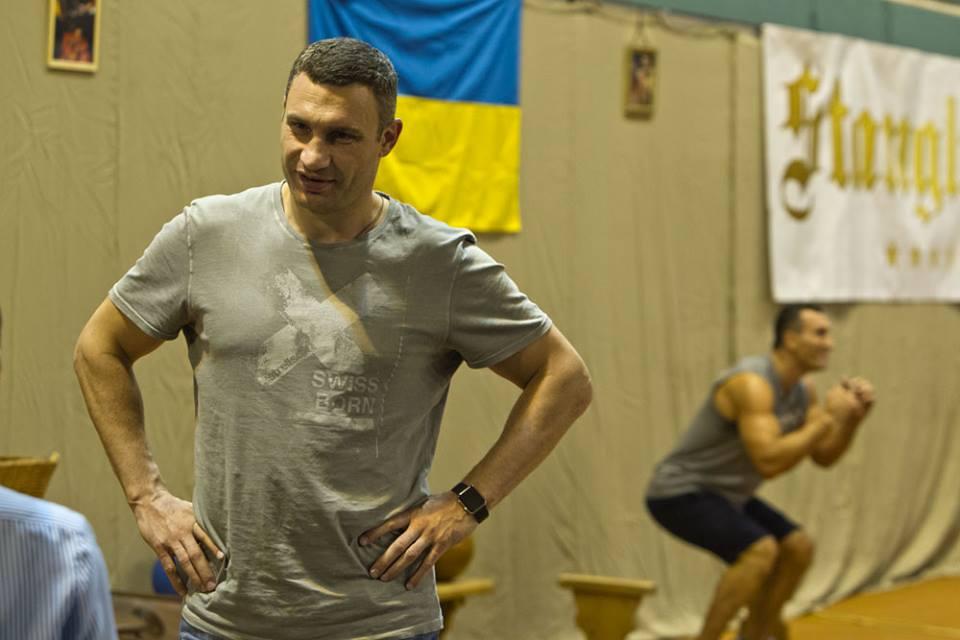 """Виталий Кличко прокомментировал певческую карьеру своей жены: """"Счастливая жена — счастливая жизнь"""""""