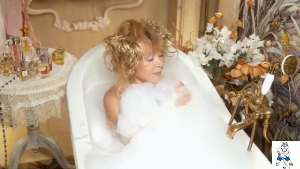 Оголенная Алла Пугачева принимает ванну