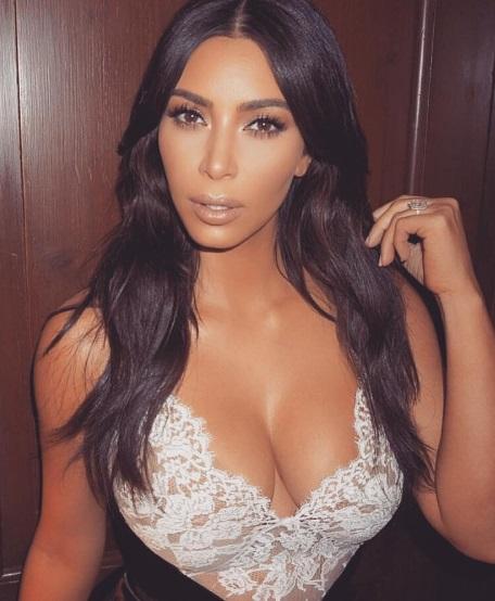 Ким Кардашьян продемонстрировала роскошную фигуру в сексуальном боди