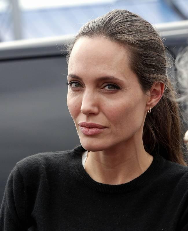 Анджелина Джоли впервые рассказала о сложностях, с которыми столкнулась во время родов в Намибии