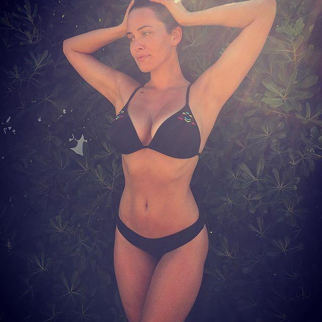 Сексуальная Даша Астафьева устроила фотосессию в бассейне