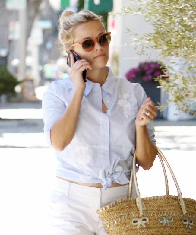 Стильная блондинка: Риз Уизерспун продемонстрировала идеальный летний образ