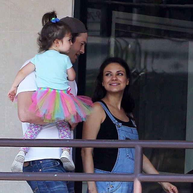 Заботливые родители: Эштон Катчер и Мила Кунис отвели дочь в балетный класс