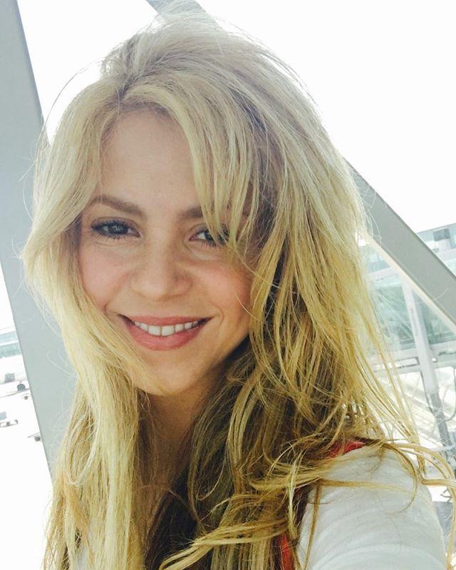 Салон красоты на дому: Шакира сама делает себе педикюр