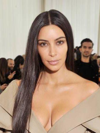 Ким Кардашьян пришла на показ в пальто на голое тело