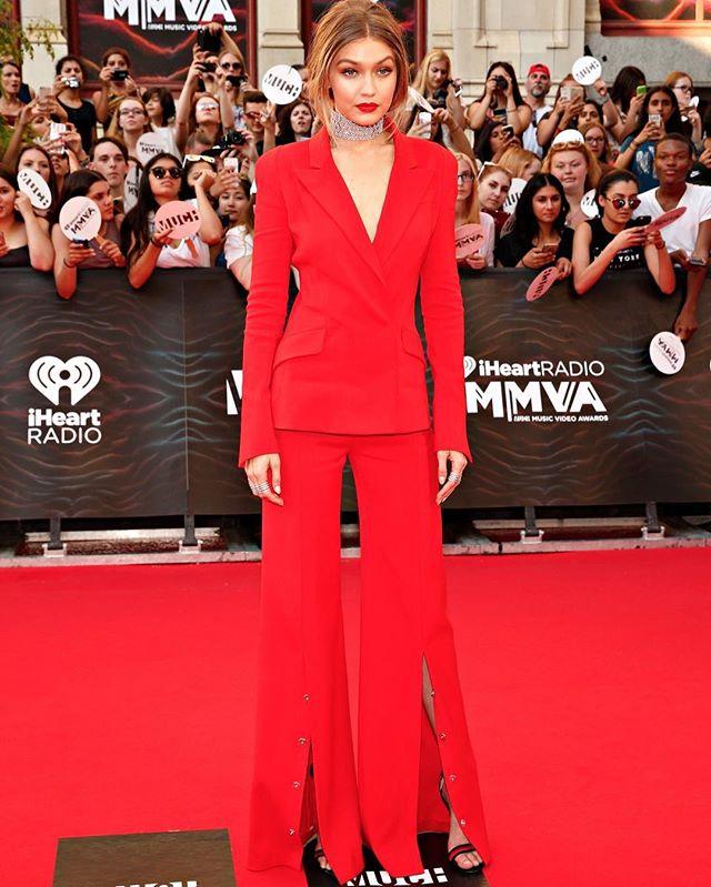Красная помада и вызывающий взгляд: Джиджи Хадид блистает на обложке Vogue