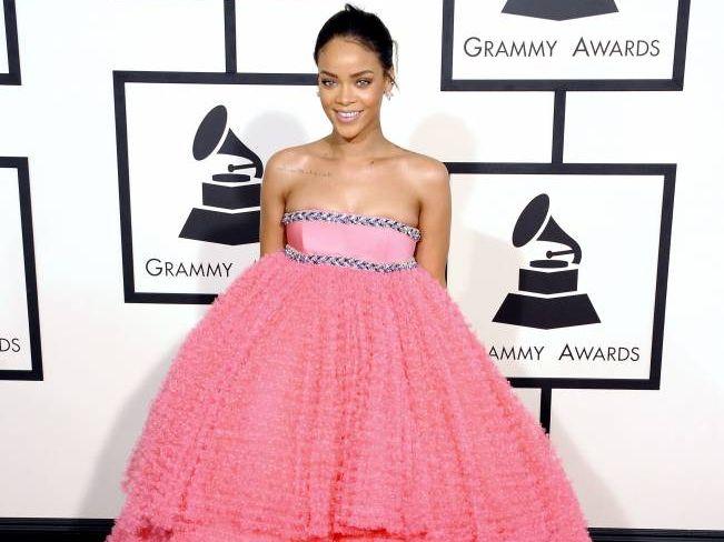 Рианна в розовом платье
