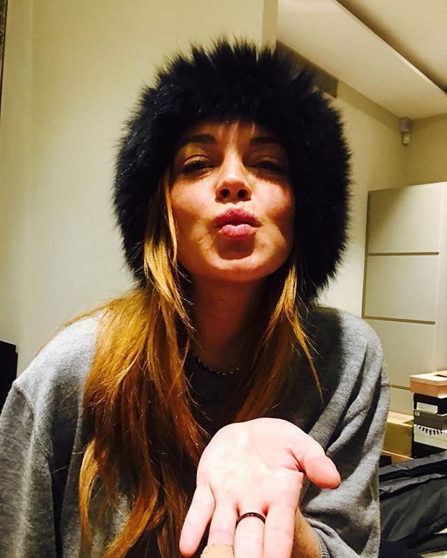Домашнее селфи: Линдси Лохан позирует в свитере и без макияжа