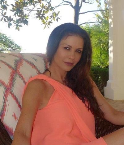47-летняя Кэтрин Зета-Джонс позирует в бикини