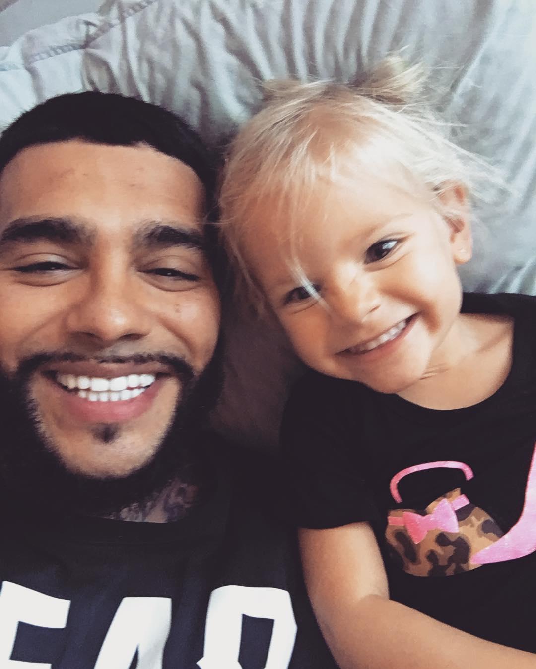 Пистолеты вместо кукол: Тимати показал, чем играет его двухлетняя дочь