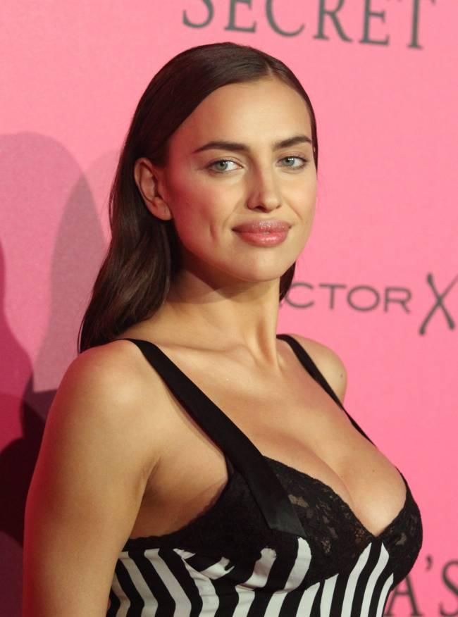 Ирина Шейк впервые появилась на публике после новости о ее  беременности