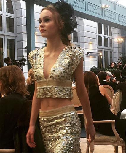 Покоряя подиум: Лили-Роуз Депп дебютировала на показе Chanel