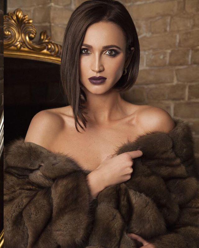 Ольга Бузова появилась на сцене в сексуальном черном боди и красной шубе