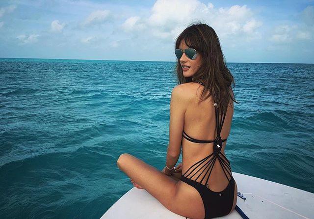 Горячие фотосессии на пляже и поцелуй с Хейли Болдуин: Алессандра Амбросио веселится на Багамах