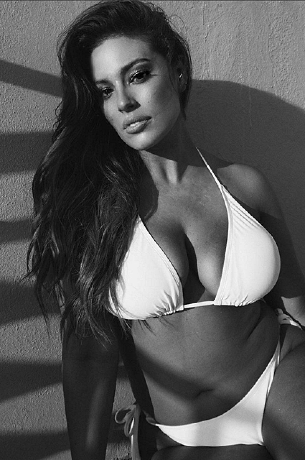 Пышная красота: модель plus-size Эшли Грэм снялась в бикини