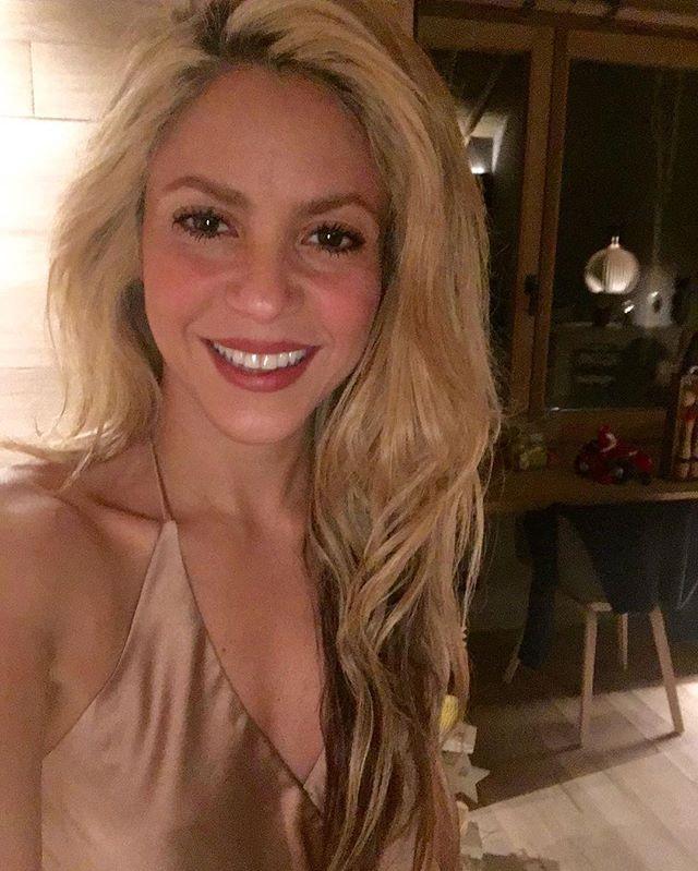 Семейное веселье: Шакира и Жерар Пике сняли новогоднее домашнее видео с детьми