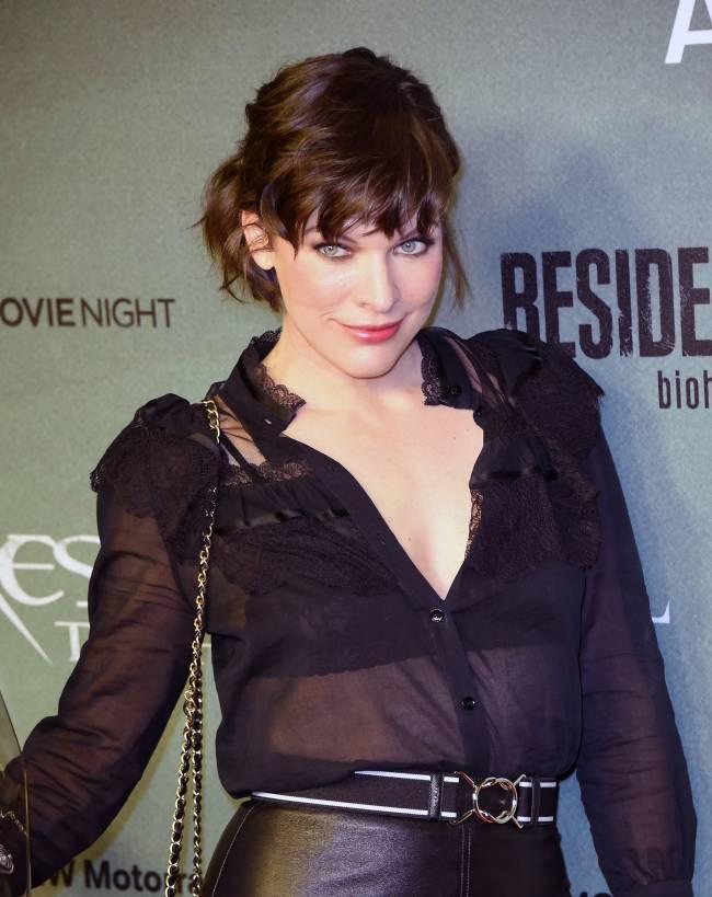 Смело: Милла Йовович появилась на красной дорожке в прозрачной блузке и кожаной юбке