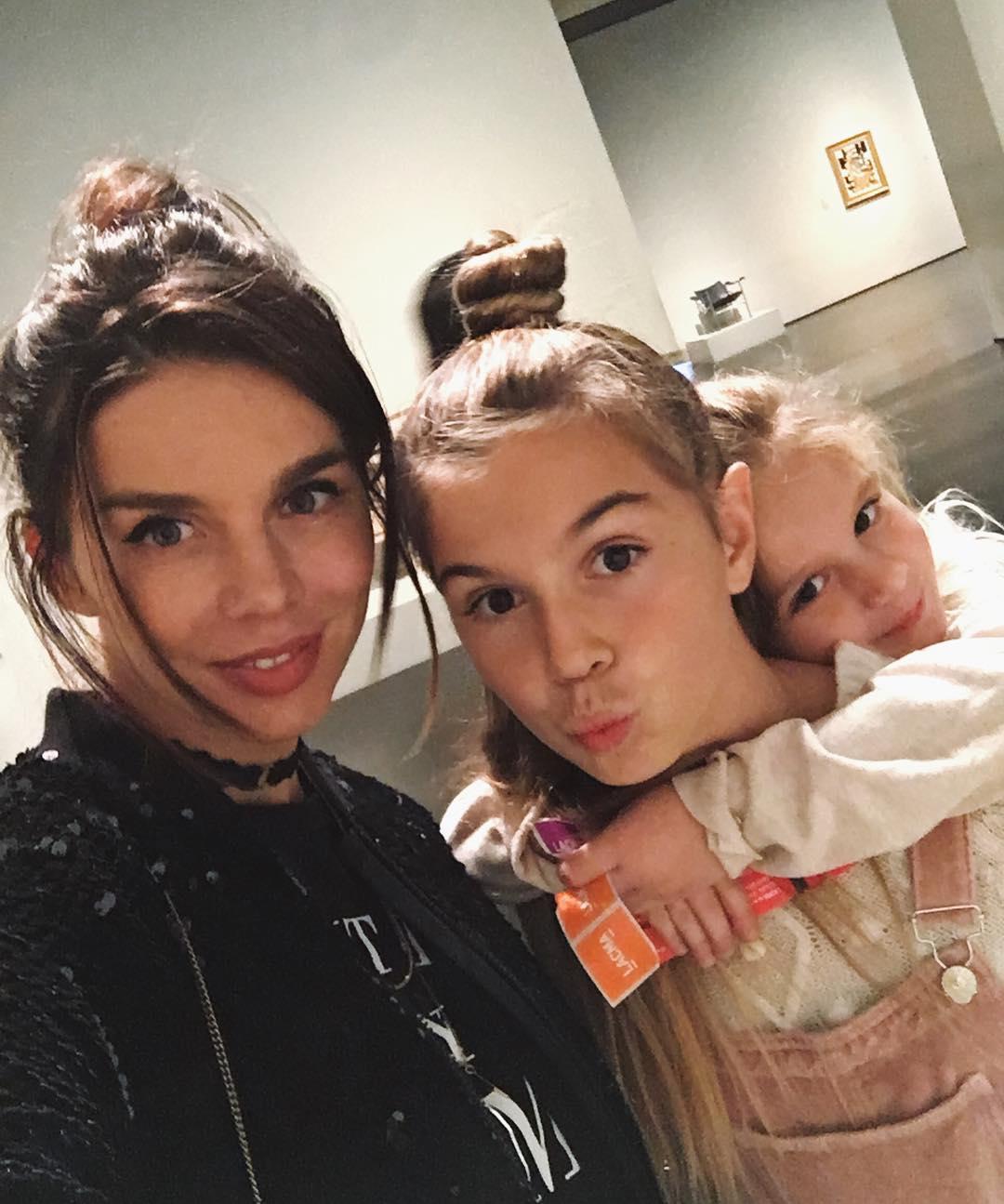 Девочки на кухне: Анна Седокова с дочками испекла армянский торт