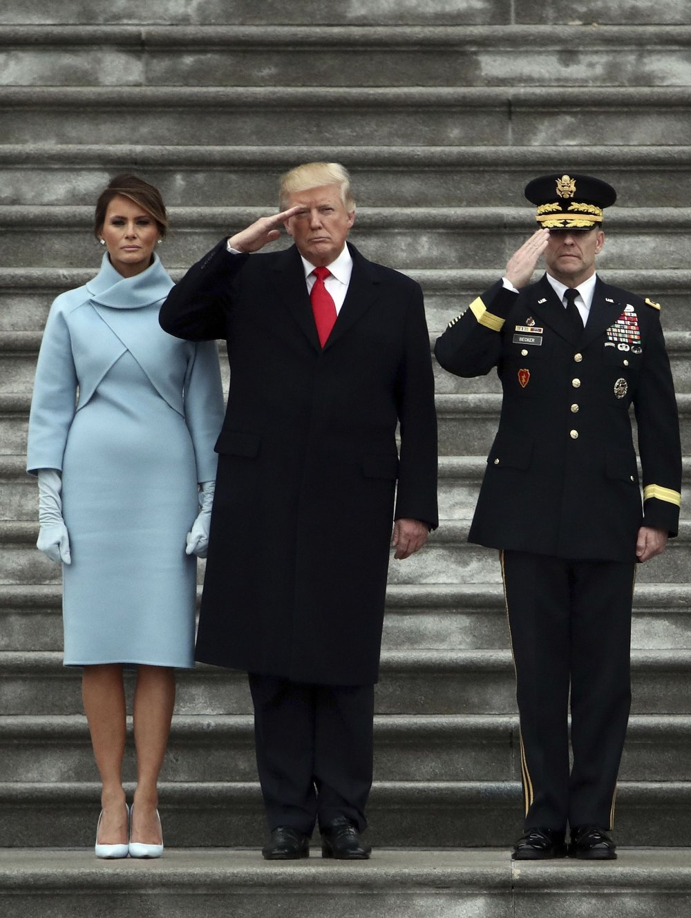 Немного приуныла: пользователи высмеяли грустную Меланию Трамп на инаугурации мужа