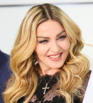 Добро пожаловать в семью: в сети появилось первое фото Мадонны с удочеренными близняшками