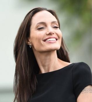 Настоящий фурор: Анджелина Джоли появилась на публике в ярко-розовом платье