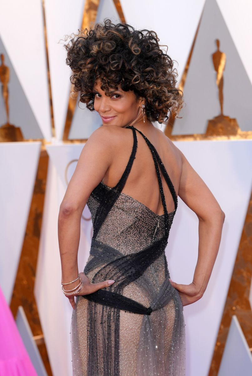 Холли Берри позирует в сексуальном платье с откровенным декольте