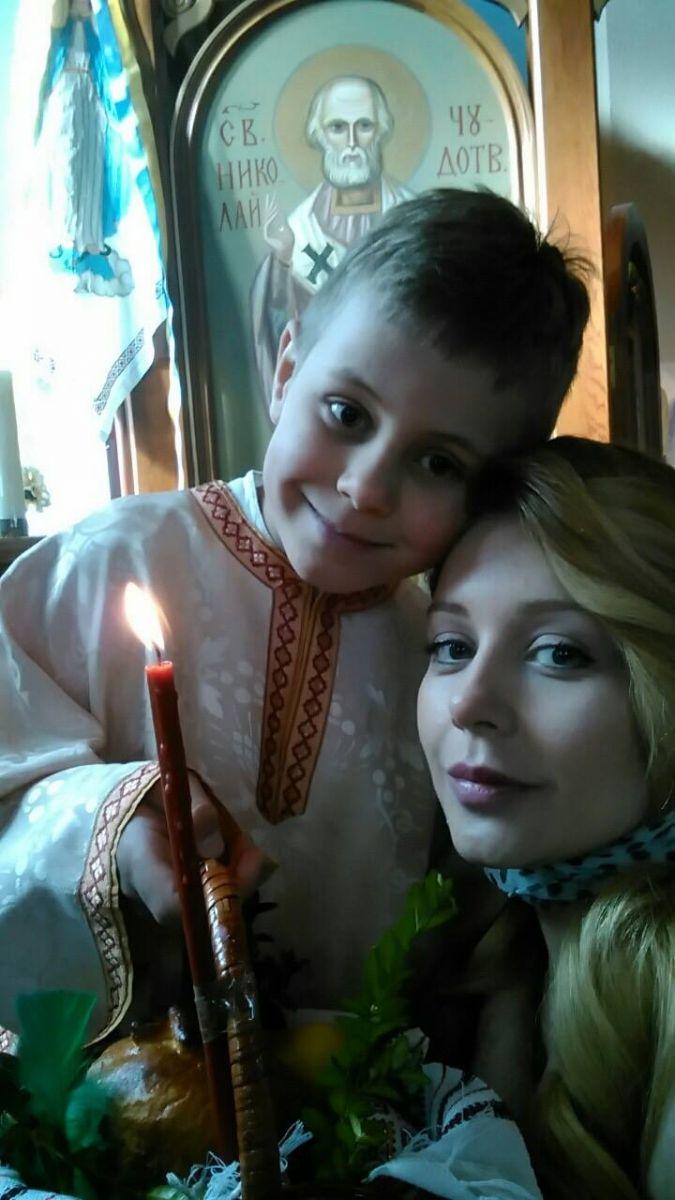 Тина Кароль с сыном в церкви