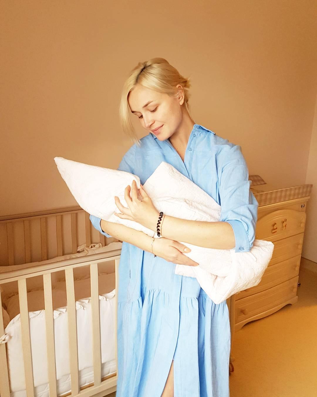 Полина Гагарина с новорожденной дочерью