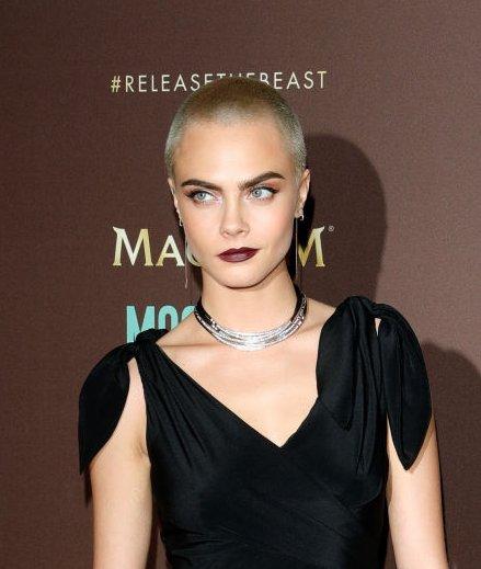 Женщина-вамп: лысая Кара Делевинь восхитила публику ярким образом