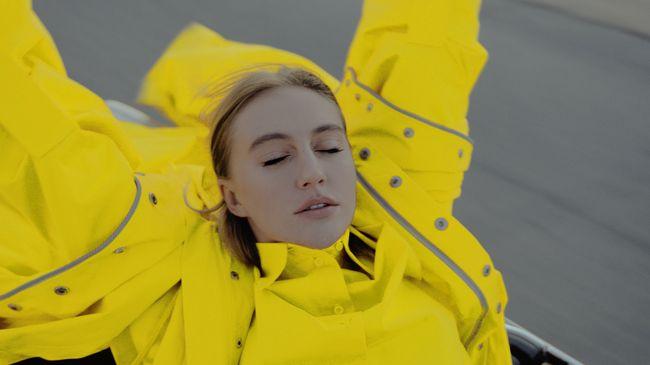 Экс-Ева Бушмина в кислотно-желтом плаще прогулялась по Лос-Анджелесу