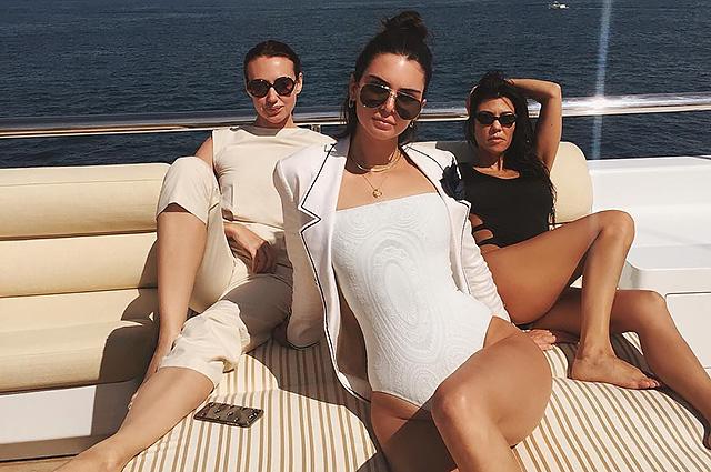 Пляжные хроники: Кендалл Дженнер и Кортни Кардашьян отдыхают на яхте в Каннах