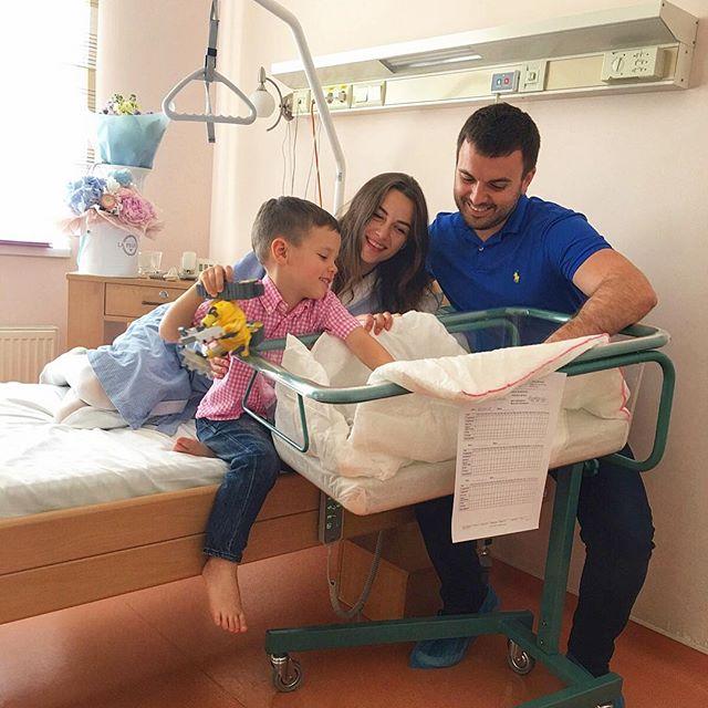 Григорий Решетник с семьей в роддоме