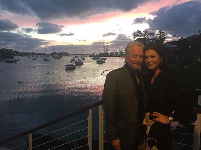 Похудевшая Кэтрин Зета-Джонс и заметно постаревший Майкл Дуглас: звездные супруги отдыхают на островах