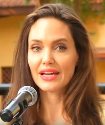 Светлый костюм и красная помада: Анджелина Джоли выступила в Кении